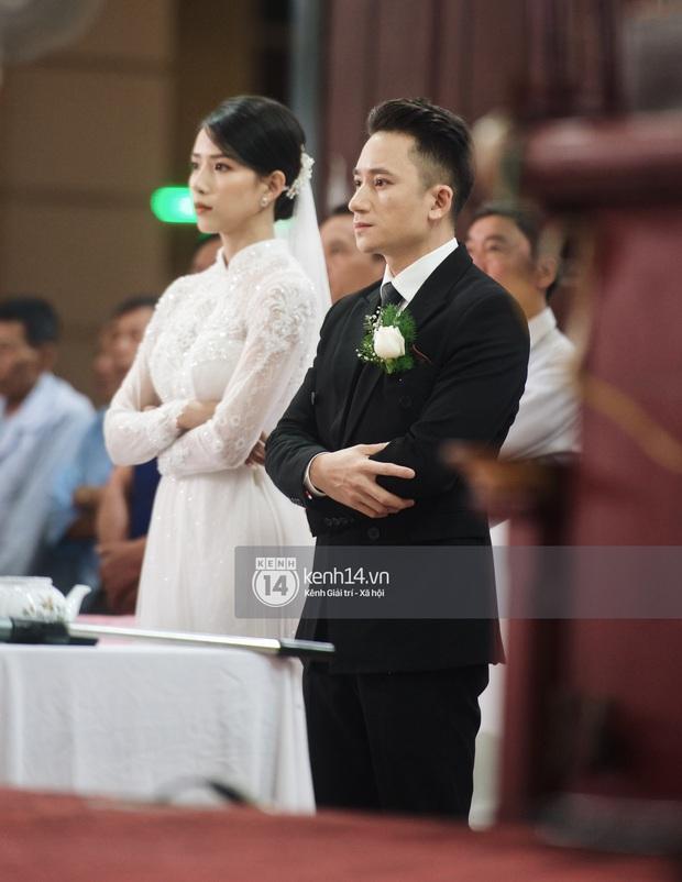 Thánh lễ hôn phối Phan Mạnh Quỳnh: Cô dâu xinh xỉu trong tà áo dài, chú rể chăm vợ từng li từng tí ở lễ đường hoành tráng - Ảnh 9.