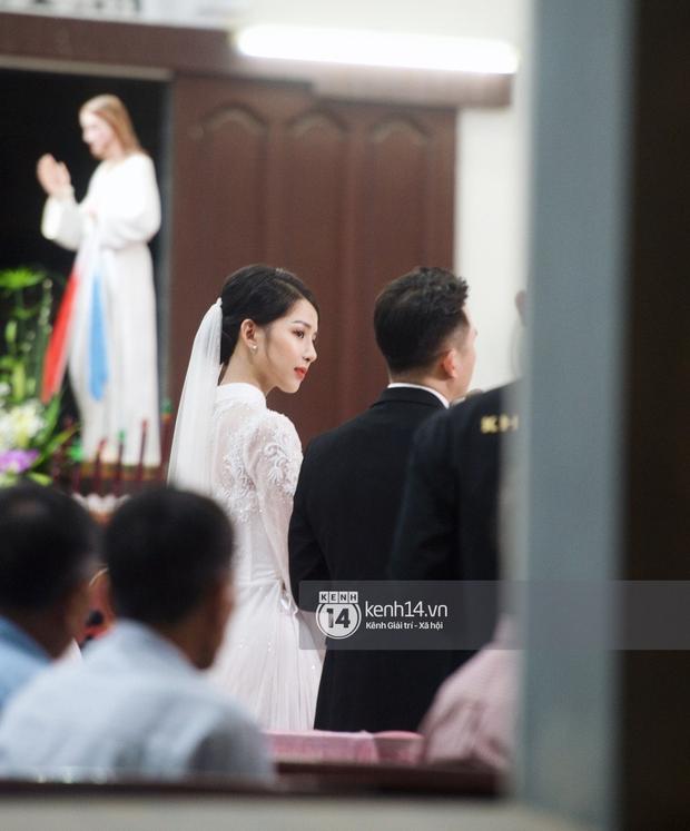 Thánh lễ hôn phối Phan Mạnh Quỳnh: Cô dâu xinh xỉu trong tà áo dài, chú rể chăm vợ từng li từng tí ở lễ đường hoành tráng - Ảnh 3.