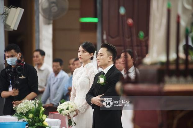 Thánh lễ hôn phối Phan Mạnh Quỳnh: Cô dâu xinh xỉu trong tà áo dài, chú rể chăm vợ từng li từng tí ở lễ đường hoành tráng - Ảnh 11.