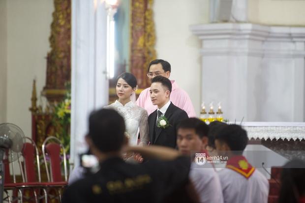 Thánh lễ hôn phối Phan Mạnh Quỳnh: Cô dâu xinh xỉu trong tà áo dài, chú rể chăm vợ từng li từng tí ở lễ đường hoành tráng - Ảnh 4.