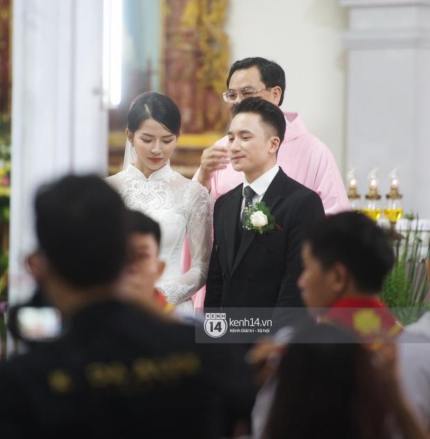 Thánh lễ hôn phối Phan Mạnh Quỳnh: Cô dâu xinh xỉu trong tà áo dài, chú rể chăm vợ từng li từng tí ở lễ đường hoành tráng - Ảnh 5.