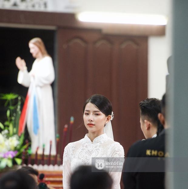 Thánh lễ hôn phối Phan Mạnh Quỳnh: Cô dâu xinh xỉu trong tà áo dài, chú rể chăm vợ từng li từng tí ở lễ đường hoành tráng - Ảnh 6.