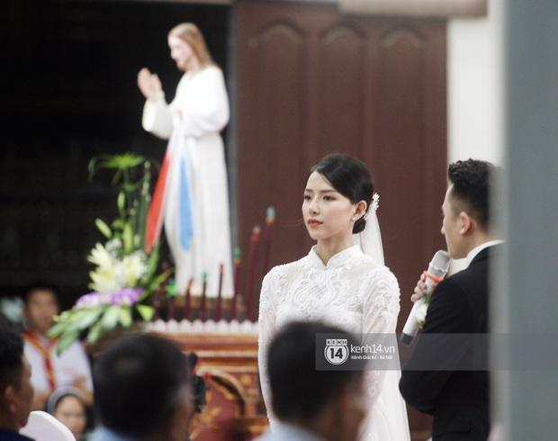 Thánh lễ hôn phối Phan Mạnh Quỳnh: Cô dâu xinh xỉu trong tà áo dài, chú rể chăm vợ từng li từng tí ở lễ đường hoành tráng - Ảnh 7.