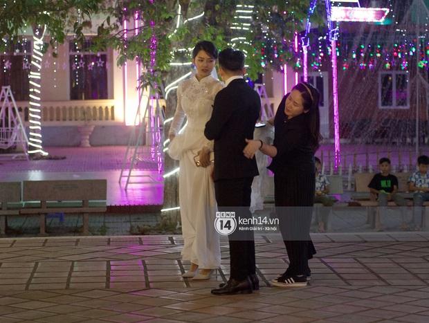 Thánh lễ hôn phối Phan Mạnh Quỳnh: Cô dâu xinh xỉu trong tà áo dài, chú rể chăm vợ từng li từng tí ở lễ đường hoành tráng - Ảnh 15.