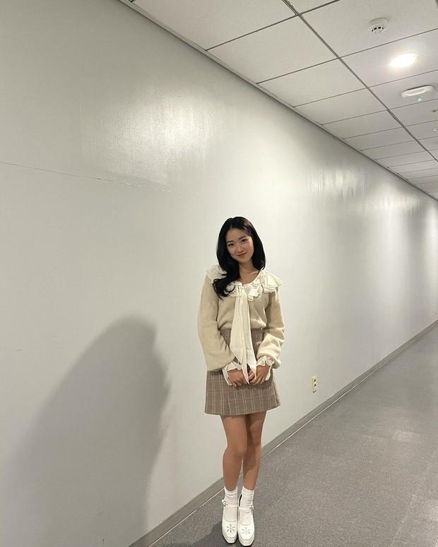 Check nhanh 9 cách diện áo blouse đẹp mê từ sao Hàn, đang bí ý tưởng lên đồ quẩy cuối tuần thì xem ngay! - Ảnh 5.