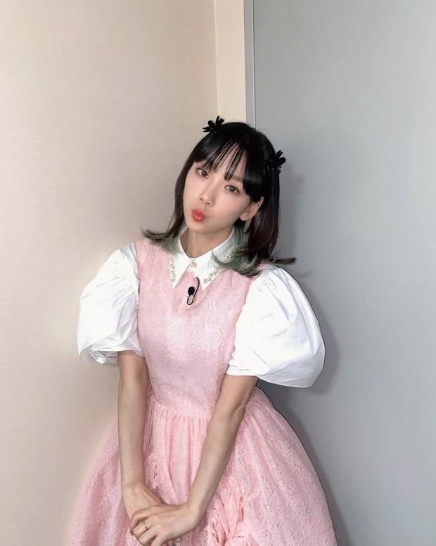 Check nhanh 9 cách diện áo blouse đẹp mê từ sao Hàn, đang bí ý tưởng lên đồ quẩy cuối tuần thì xem ngay! - Ảnh 7.