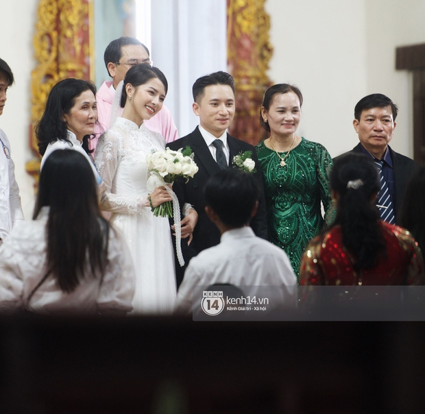 Thánh lễ hôn phối Phan Mạnh Quỳnh: Cô dâu xinh xỉu trong tà áo dài, chú rể chăm vợ từng li từng tí ở lễ đường hoành tráng - Ảnh 8.