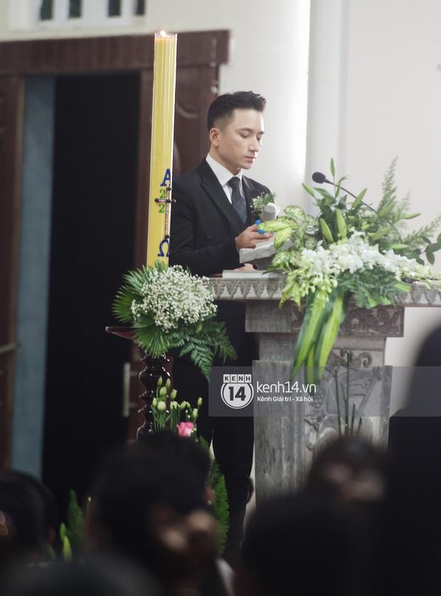 Thánh lễ hôn phối Phan Mạnh Quỳnh: Cô dâu xinh xỉu trong tà áo dài, chú rể chăm vợ từng li từng tí ở lễ đường hoành tráng - Ảnh 10.
