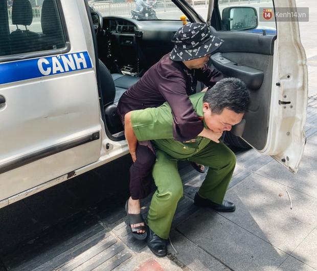 Khoảnh khắc đẹp trong những ngày làm CCCD ở TP.HCM: Cán bộ Công an cõng cụ già, bồng em bé giúp người dân - Ảnh 6.