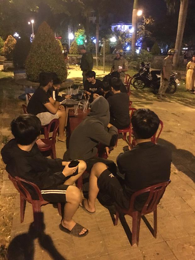 2 nhóm thanh thiếu niên mang theo hung khí hẹn nhau huyết chiến tại công viên - Ảnh 1.