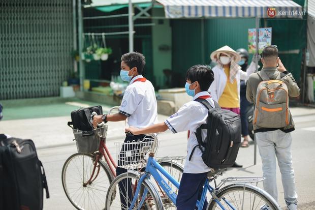 Chuyện về cô Hai Trị cứ giờ tan học lại cầm một tấm bảng lao ra xin đường cho học sinh Sài Gòn - Ảnh 5.