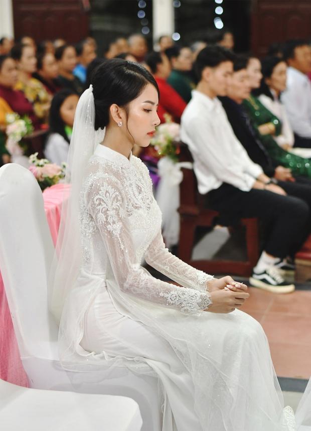 Bóc áo dài cưới của vợ Phan Mạnh Quỳnh: Đính tới 8000 viên đá swarovski đắt tiền, đai corset làm nổi vòng 2 siêu thực của cô dâu - Ảnh 2.