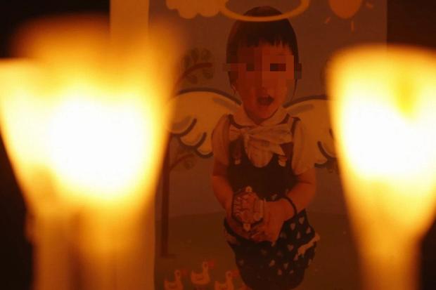 Vụ bé gái 5 tuổi bị bố và mẹ kế bạo hành đến chết, cơ thể kiệt quệ như người già: Tiết lộ bức ảnh bé vẽ trước khi qua đời khiến dư luận càng sục sôi - Ảnh 1.