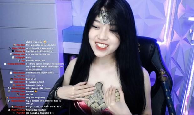 Cosplay nữ siêu anh hùng nhưng gặp sự cố, thánh nữ áo 2 dây Thuỷ Tiên vô tư chỉnh đốn vùng nhạy cảm ngay trên sóng livestream - Ảnh 2.