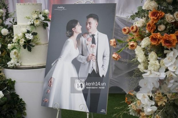 Thánh lễ hôn phối Phan Mạnh Quỳnh: Cô dâu xinh xỉu trong tà áo dài, chú rể chăm vợ từng li từng tí ở lễ đường hoành tráng - Ảnh 22.