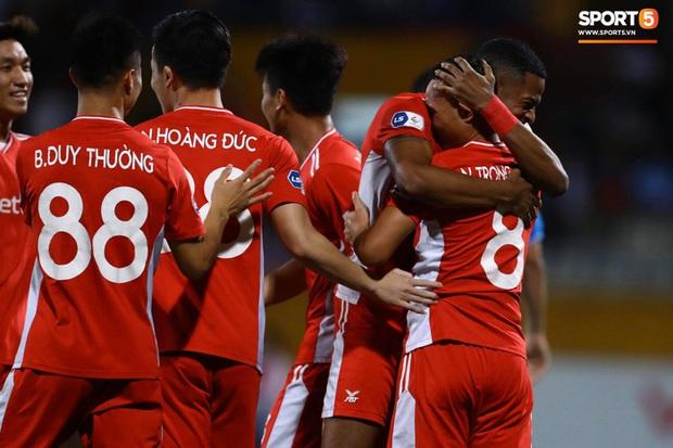 Cơn lốc đỏ Viettel giành chiến thắng 2-1 gay cấn trước CLB Quảng Ninh - Ảnh 1.