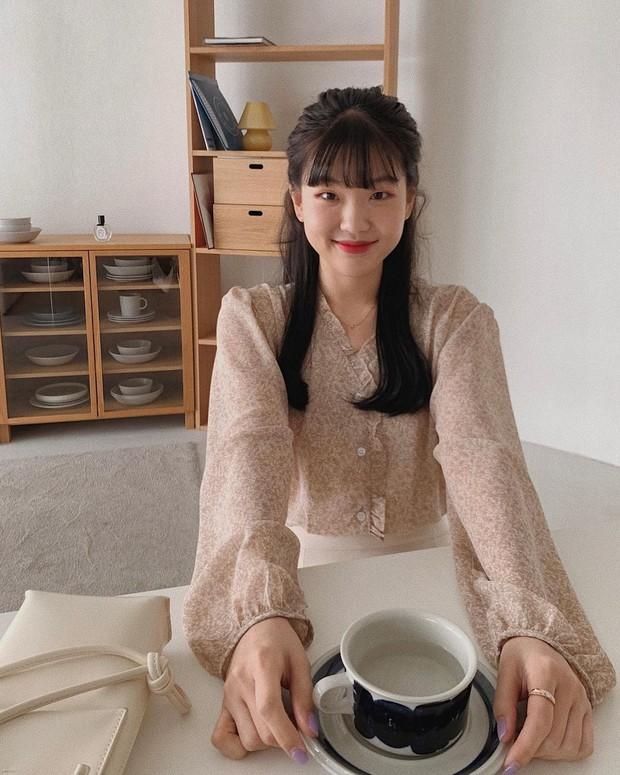 Tủ đồ của hội gái Hàn sành điệu luôn có đủ 10 items sau, bạn cứ học theo là style đẹp vượt cấp - Ảnh 2.