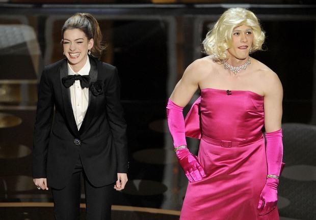 Lí do Oscars 2011 là đêm tồi tệ nhất lịch sử: Anne Hathaway không gánh nổi đồng đội vô duyên, tưởng ai hóa ra tài tử Người Nhện - Ảnh 4.