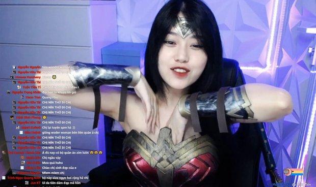 Cosplay nữ siêu anh hùng nhưng gặp sự cố, thánh nữ áo 2 dây Thuỷ Tiên vô tư chỉnh đốn vùng nhạy cảm ngay trên sóng livestream - Ảnh 3.
