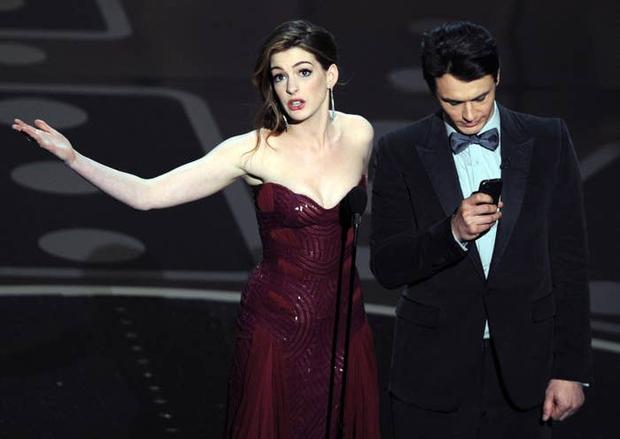 Lí do Oscars 2011 là đêm tồi tệ nhất lịch sử: Anne Hathaway không gánh nổi đồng đội vô duyên, tưởng ai hóa ra tài tử Người Nhện - Ảnh 5.