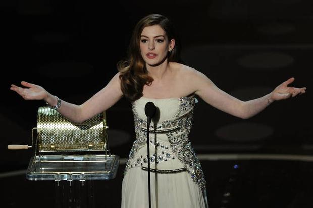 Lí do Oscars 2011 là đêm tồi tệ nhất lịch sử: Anne Hathaway không gánh nổi đồng đội vô duyên, tưởng ai hóa ra tài tử Người Nhện - Ảnh 6.