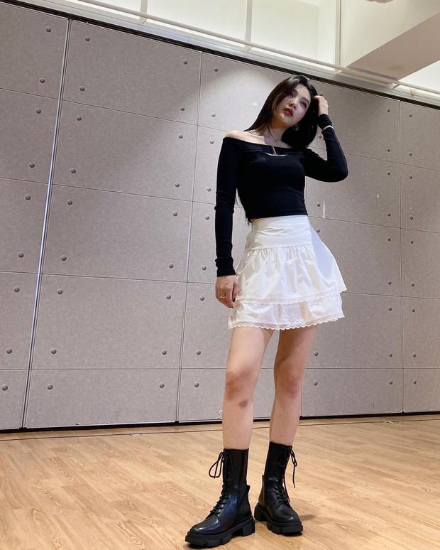 Chị em rất nên học Joy (Red Velvet) cách diện chân váy không chỉ sang chảnh mà còn hack được vài tuổi - Ảnh 6.