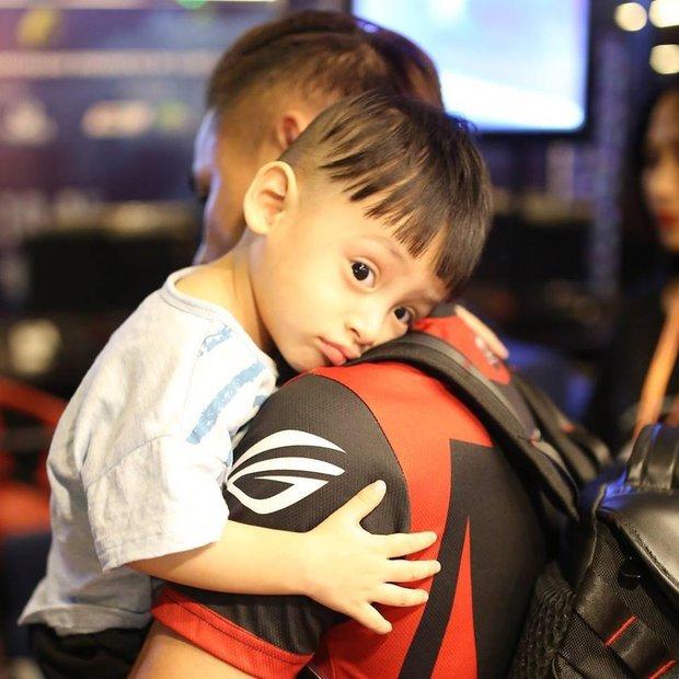 Soi ảnh Độ Mixi và con trai với biểu cảm như hai giọt nước khiến cộng đồng cực kỳ thích thú - Ảnh 5.