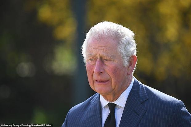 Nữ hoàng Anh chia sẻ bức hình thời trẻ đẹp trai hút hồn của Hoàng tế Philip, Thái tử Charles bật khóc khi đi giữa biển hoa tưởng nhớ cha - Ảnh 3.