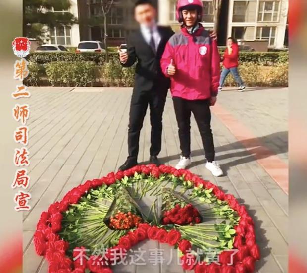 Hồi hộp vì lần đầu cầu hôn, thanh niên xếp hoa thành hình dáng lạ khiến anh shipper phải bắt tay trợ giúp - Ảnh 5.