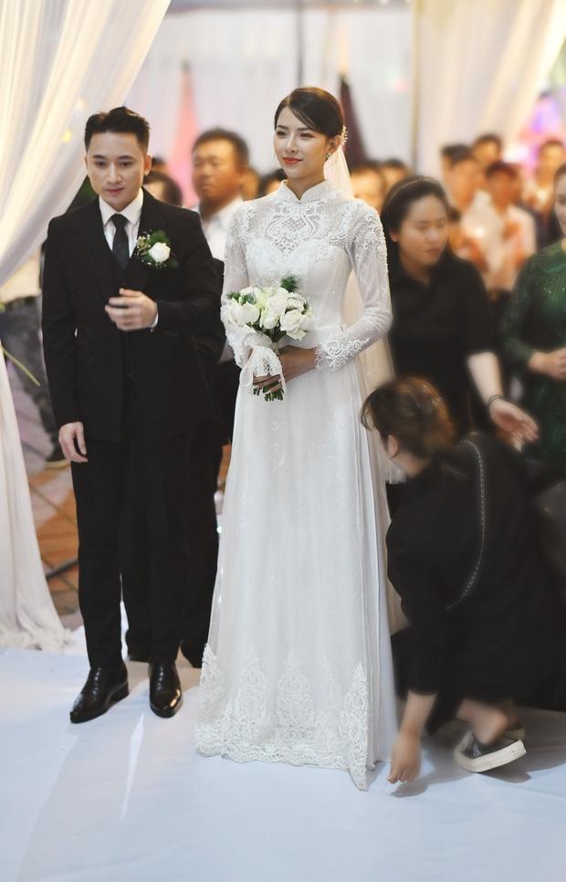 Bóc áo dài cưới của vợ Phan Mạnh Quỳnh: Đính tới 8000 viên đá swarovski đắt tiền, đai corset làm nổi vòng 2 siêu thực của cô dâu - Ảnh 3.