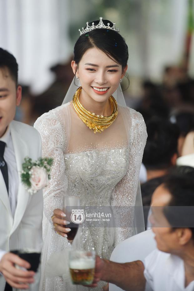 Bà xã Phan Mạnh Quỳnh xinh nức nở trong đám cưới, nhưng spotlight thuộc về số vòng vàng nặng trĩu cổ mất rồi! - Ảnh 5.