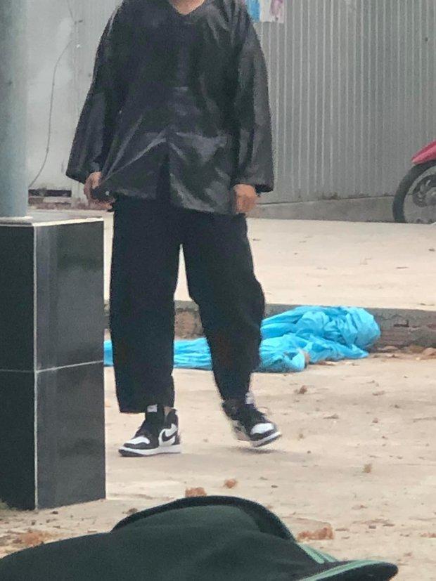 Nam sinh mặc đồ bộ đi học, dân mạng soi giá đôi giày đang đi mà choáng - Ảnh 1.