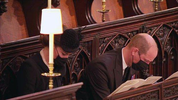 Sau mọi sóng gió, anh em Hoàng tử William - Harry lần đầu mặt đối mặt tại tang lễ ông nội, Công nương Kate cố tình lánh đi để họ được riêng tư - Ảnh 9.