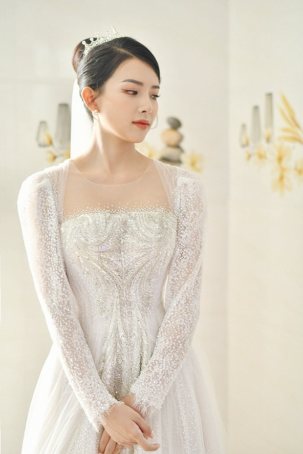 Cận cảnh váy cưới đính 10.000 viên pha lê bạc của hot girl Khánh Vy - vợ Phan Mạnh Quỳnh - Ảnh 2.