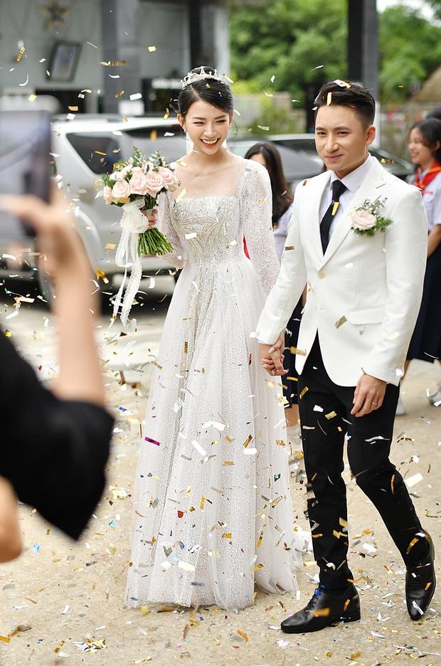 Cận cảnh váy cưới đính 10.000 viên pha lê bạc của hot girl Khánh Vy - vợ Phan Mạnh Quỳnh - Ảnh 3.