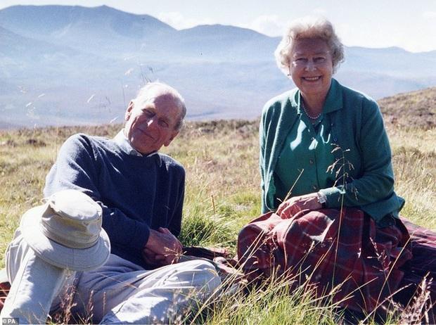 Nữ hoàng Anh chia sẻ bức hình cùng ký ức đặc biệt trước khoảnh khắc tiễn biệt Hoàng thân Philip tại tang lễ khiến dân chúng nghẹn lòng - Ảnh 1.
