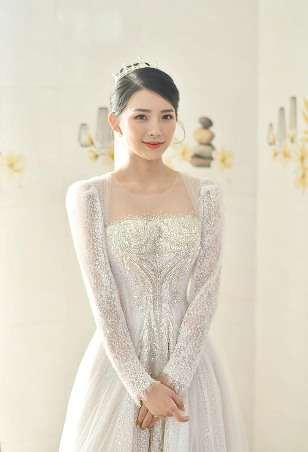 Cận cảnh váy cưới đính 10.000 viên pha lê bạc của hot girl Khánh Vy - vợ Phan Mạnh Quỳnh - Ảnh 1.