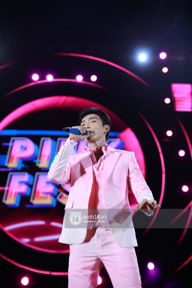 Erik - Đức Phúc cực tình tứ kết hợp biểu diễn, cùng Min mang loạt hit đốt cháy sân khấu Diana Pink Fest - Ảnh 3.