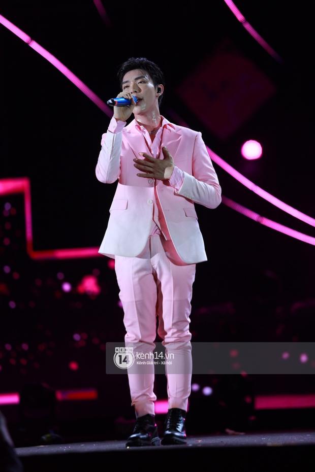 Erik - Đức Phúc cực tình tứ kết hợp biểu diễn, cùng Min mang loạt hit đốt cháy sân khấu Diana Pink Fest - Ảnh 1.