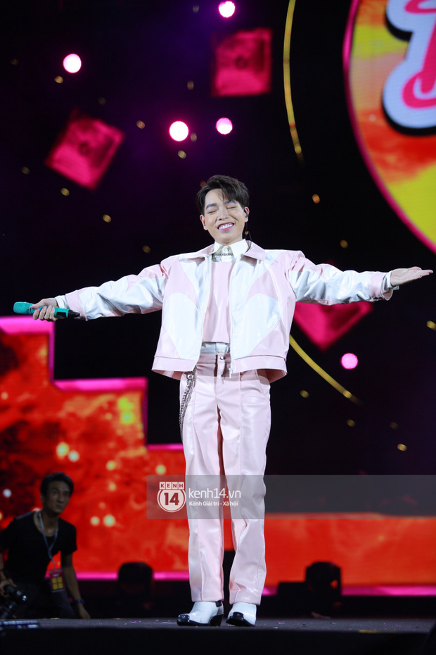 Erik - Đức Phúc cực tình tứ kết hợp biểu diễn, cùng Min mang loạt hit đốt cháy sân khấu Diana Pink Fest - Ảnh 8.