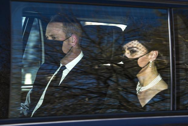 Các thành viên Hoàng gia Anh lần lượt xuất hiện tại nơi cử hành tang lễ Hoàng thân Philip, vợ chồng Công nương Kate không giấu nổi đau buồn - Ảnh 1.