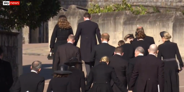 Sau mọi sóng gió, anh em Hoàng tử William - Harry lần đầu mặt đối mặt tại tang lễ ông nội, Công nương Kate cố tình lánh đi để họ được riêng tư - Ảnh 7.