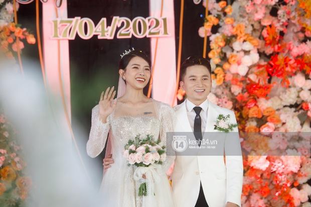 Đám cưới Phan Mạnh Quỳnh tại Nghệ An: Cô dâu đeo vàng siêu nhiều và tình tứ bên chú rể gây sốt, tiệc cưới khủng náo loạn cả làng quê! - Ảnh 18.