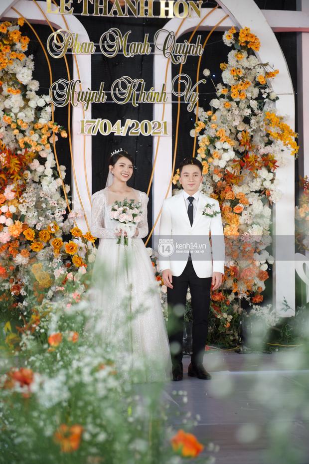 Đám cưới Phan Mạnh Quỳnh tại Nghệ An: Cô dâu đeo vàng siêu nhiều và tình tứ bên chú rể gây sốt, tiệc cưới khủng náo loạn cả làng quê! - Ảnh 20.