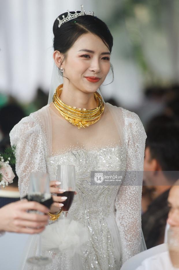 Bà xã Phan Mạnh Quỳnh xinh nức nở trong đám cưới, nhưng spotlight thuộc về số vòng vàng nặng trĩu cổ mất rồi! - Ảnh 3.