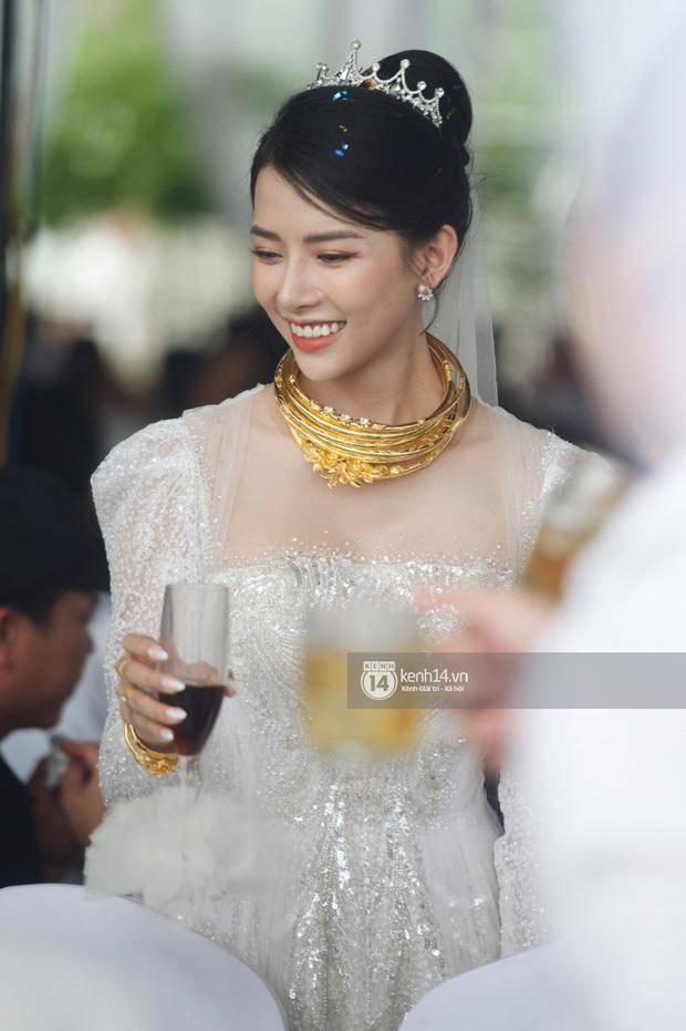 Bà xã Phan Mạnh Quỳnh xinh nức nở trong đám cưới, nhưng spotlight thuộc về số vòng vàng nặng trĩu cổ mất rồi! - Ảnh 2.