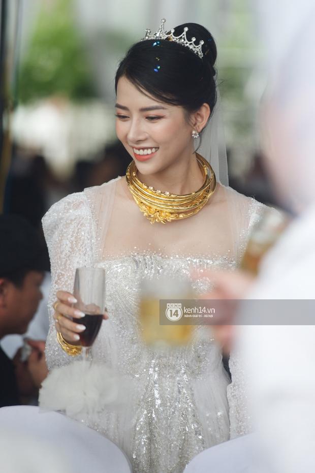 Đám cưới Phan Mạnh Quỳnh tại Nghệ An: Cô dâu đeo vàng siêu nhiều và tình tứ bên chú rể gây sốt, tiệc cưới khủng náo loạn cả làng quê! - Ảnh 5.