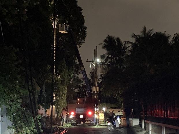 Truy tìm xe tải gây đổ trụ điện khiến hàng trăm hộ dân mất điện ở Sài Gòn - Ảnh 1.