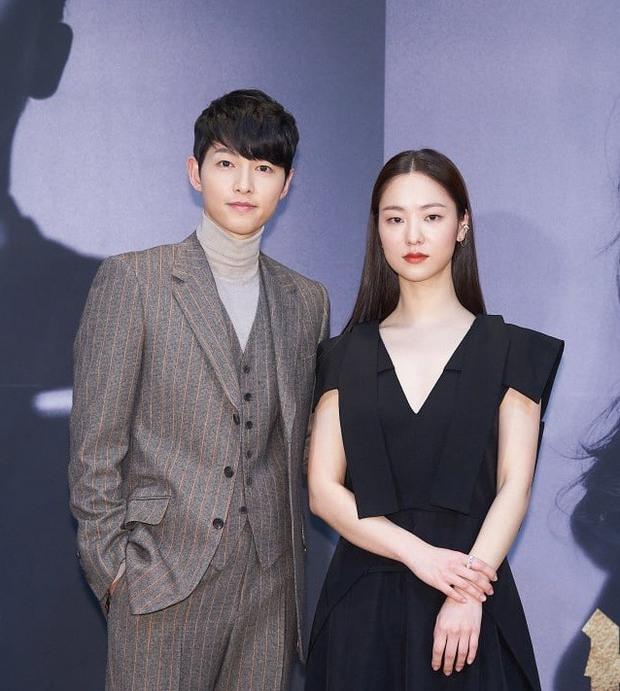 Sau 2 năm ly hôn Song Hye Kyo, Song Joong Ki mới lộ khoảnh khắc tình tứ với 1 cô gái như thế này - Ảnh 8.