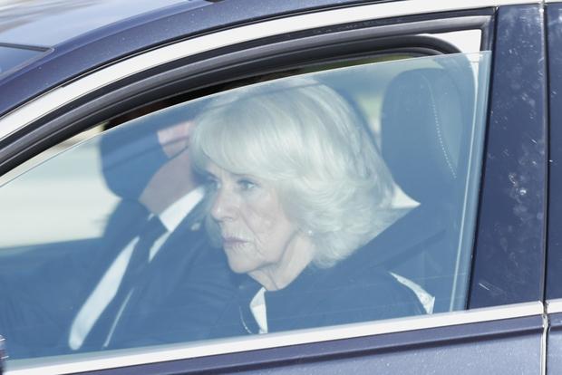 Các thành viên Hoàng gia Anh lần lượt xuất hiện tại nơi cử hành tang lễ Hoàng thân Philip, vợ chồng Công nương Kate không giấu nổi đau buồn - Ảnh 4.